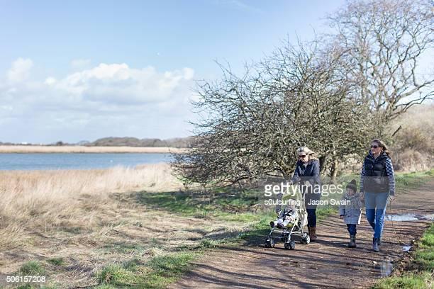 a family walk along the river yar, isle of wight - s0ulsurfing bildbanksfoton och bilder