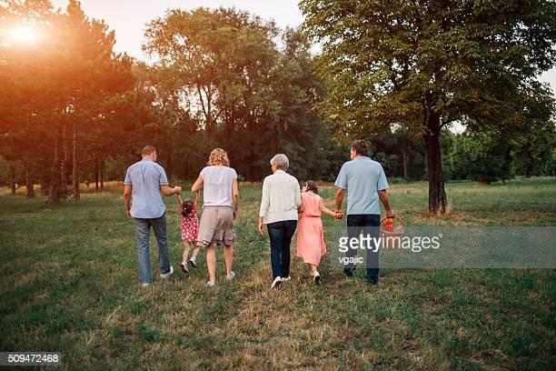Familia caminando en un parque