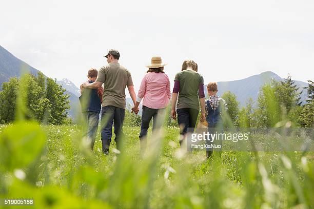 Famille marchant dans le champ