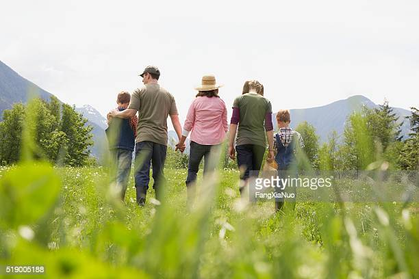 Familie gehen in Feld
