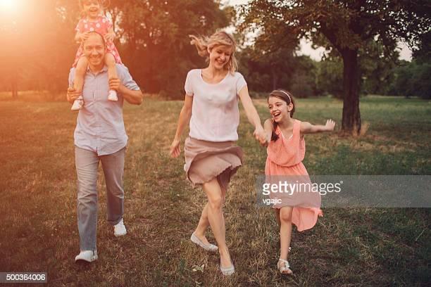 Familie gehen In der Natur zusammen.