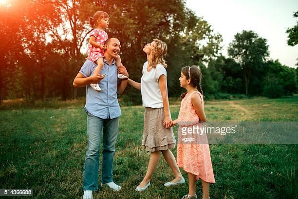 Famille marche dans la Nature commune.