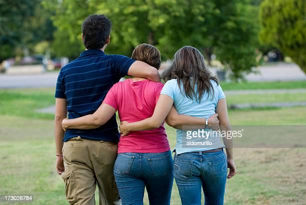 Famille marche dans le parc
