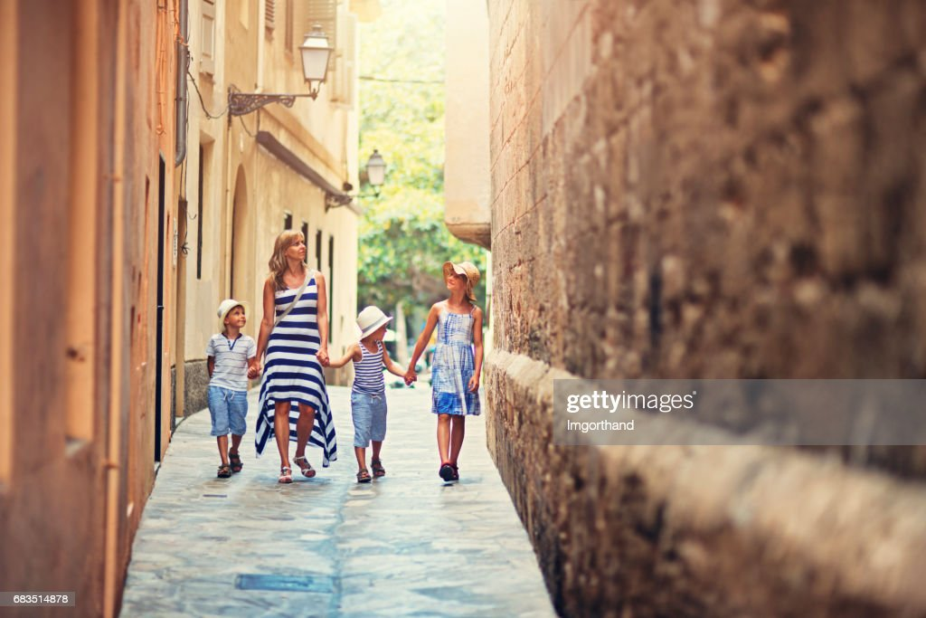 Família, andando pela rua estreita de Palma de Mallorca, Espanha : Foto de stock