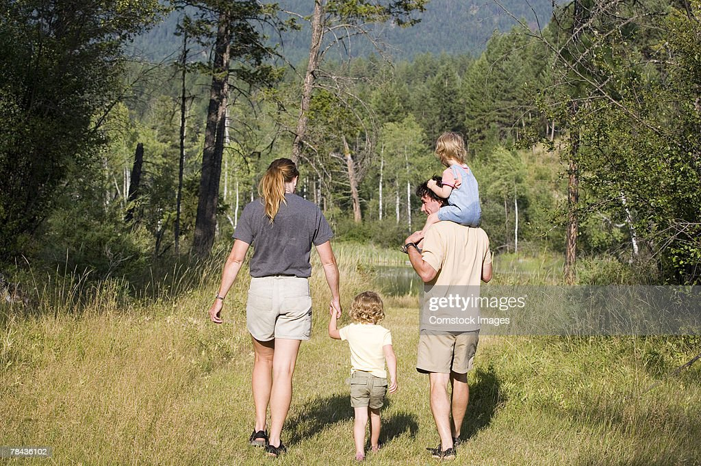 Family walking : Stockfoto