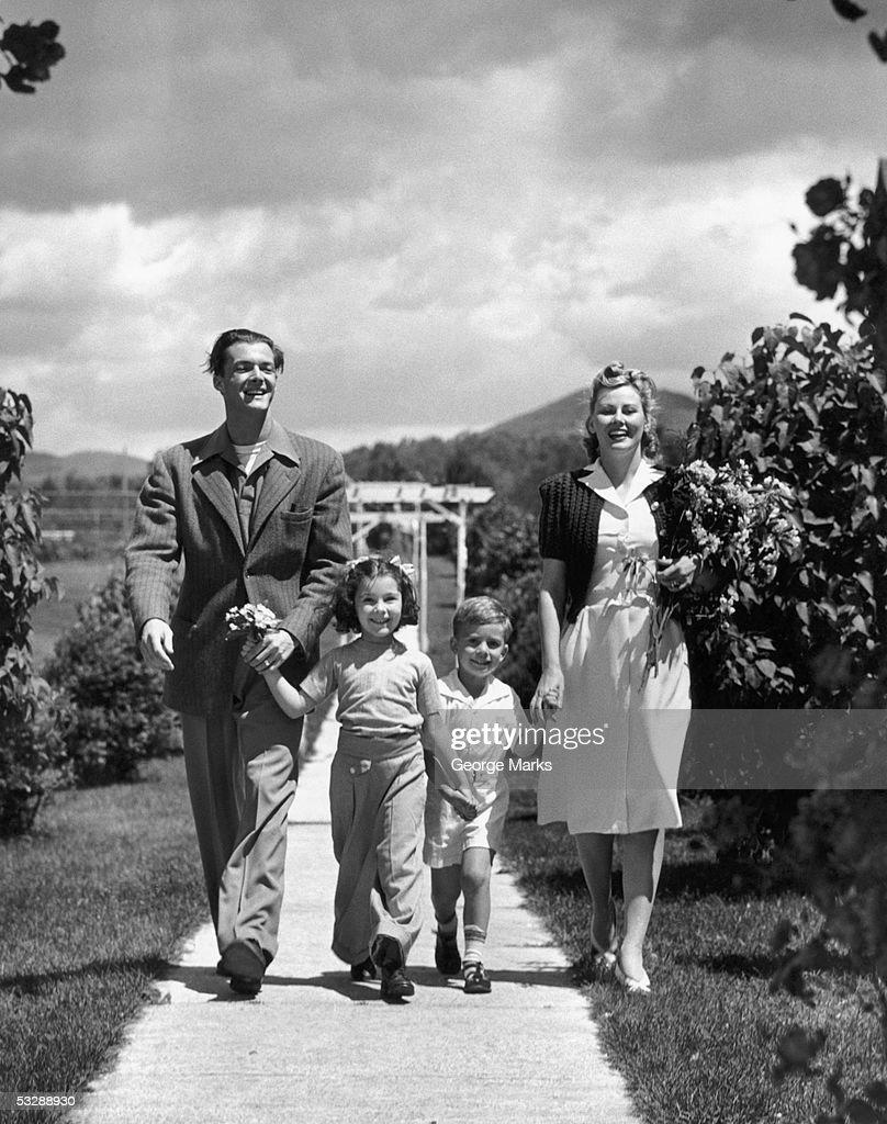 Family walking through park : Foto de stock
