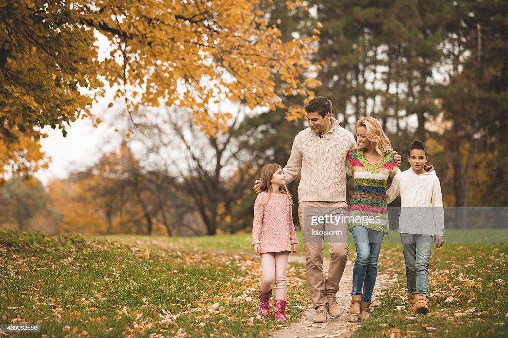 ファミリー公園を散歩して、秋に : ストックフォト