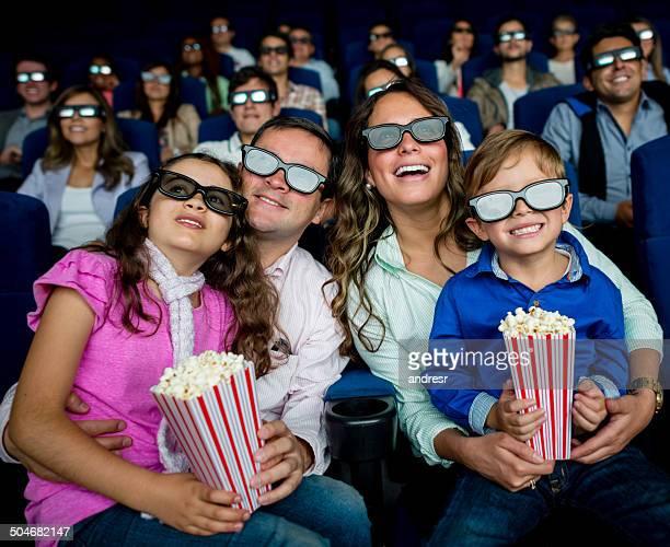 Famille en regardant un film