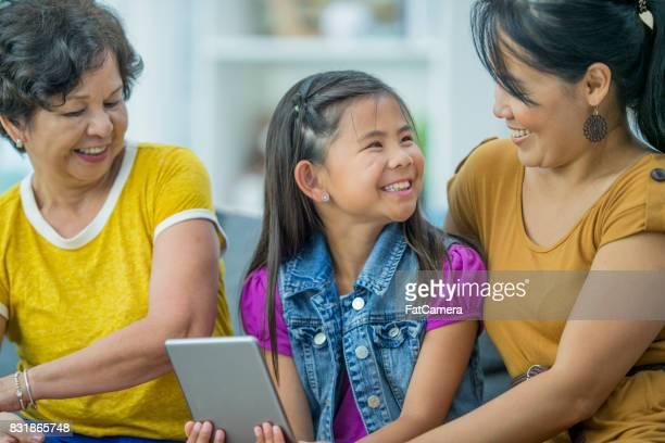 Familj titta på en Video