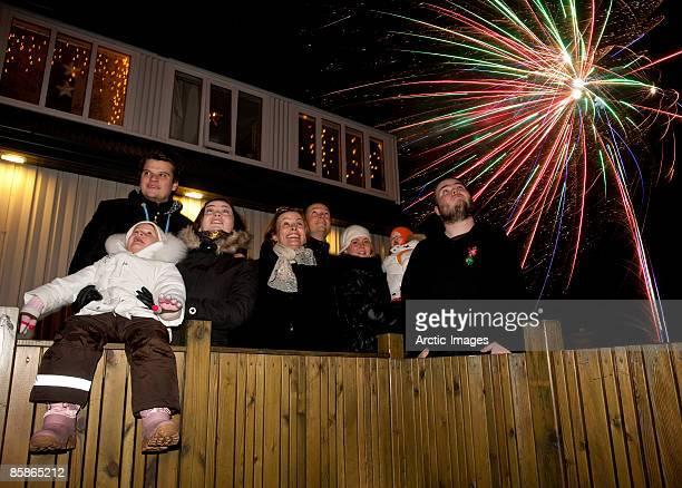 family watching fireworks on new years eve - 20 29 years stockfoto's en -beelden