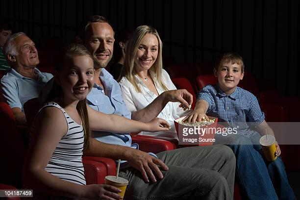 famiglia a guardare film al cinema - adult film foto e immagini stock