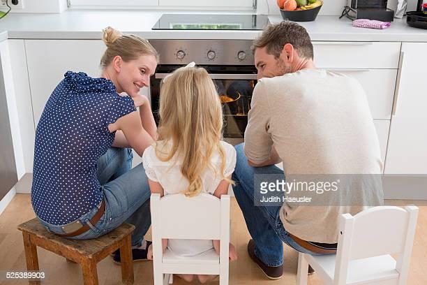 family watching oven - esperar imagens e fotografias de stock