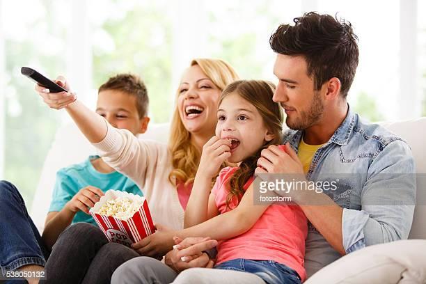 Familie vor dem Fernseher im Wohnzimmer