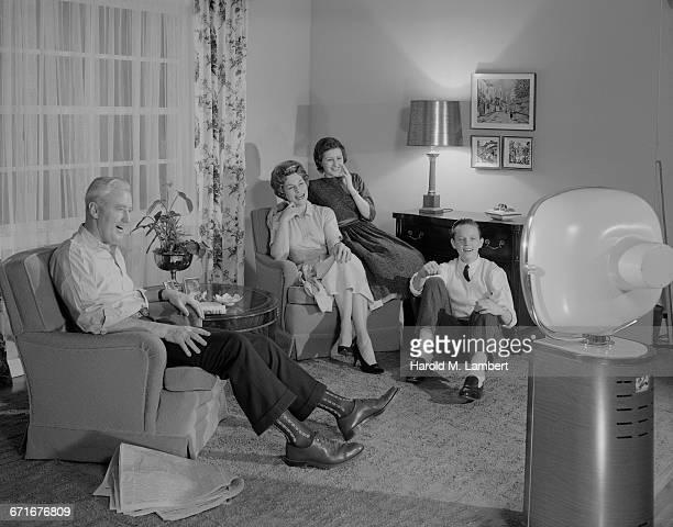 family watching television in living room  - 1950 1959 - fotografias e filmes do acervo