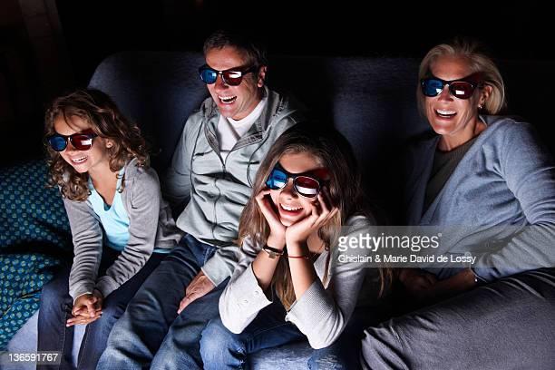 Familie vor dem Fernseher auf sofa