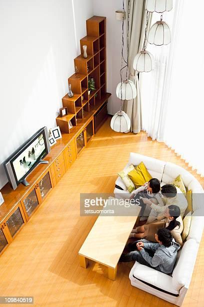家族のテレビを見る