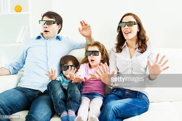 Familia viendo televisión con gafas 3D