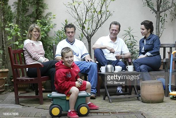 Family Weekend For Dominique Baudis In Turmoil Dominique BAUDIS prenant le café en famille avec sa femme Ysabel sa fille Florence enceinte leurs fils...