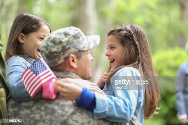 家族歓迎ホーム アメリカ陸軍の兵士。 - 米退役軍人の日 ストックフォトと画像