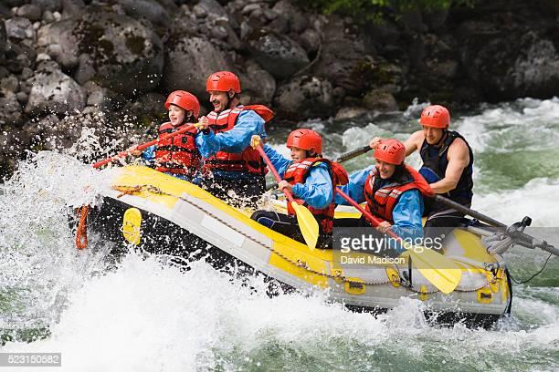 family whitewater rafting - rafting - fotografias e filmes do acervo