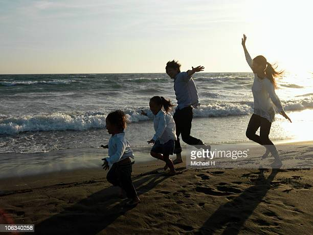 Family who mimics airplane in beach and runs