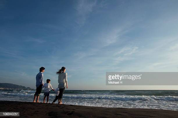 Family who sees sea in beach in evening
