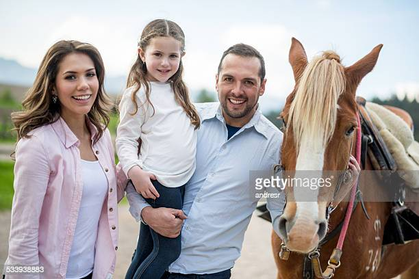 Familie mit einem Pferd