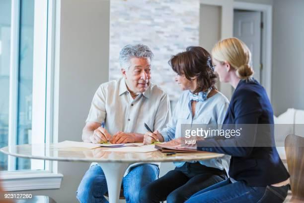 familia con hija adulta trabajando en finanzas inicio - documento legal fotografías e imágenes de stock
