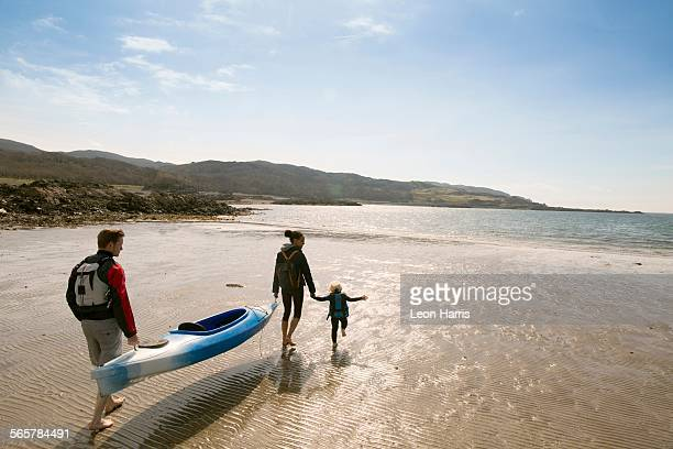 family with canoe on beach, loch eishort, isle of skye, hebrides, scotland - coastal feature stock pictures, royalty-free photos & images