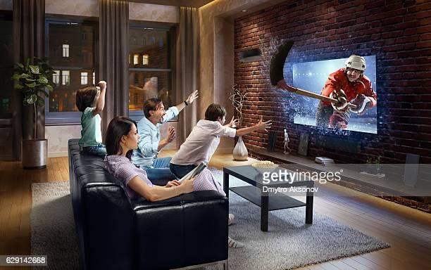 Famille avec enfants en regardant un match de Hockey sur glace)