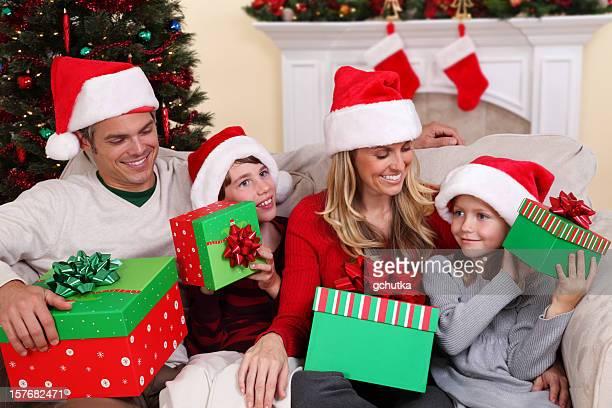 Família com Natal presentes