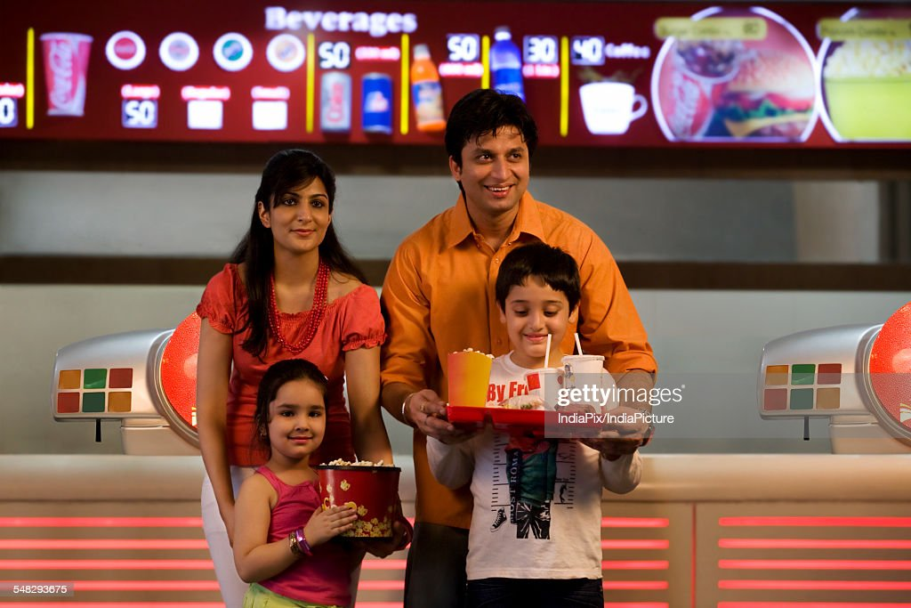 Family with cola and popcorn : Stock-Foto
