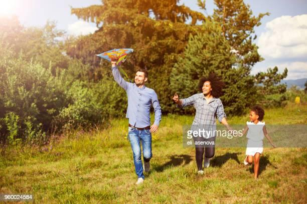 Familie mit Drachen im park