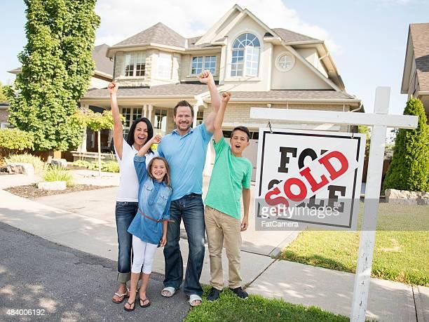 """Família com """"para venda, vendidos"""" Sinal de Agência Imobiliária"""