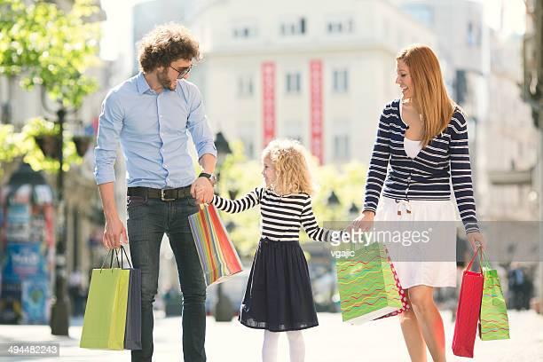 Famille avec un enfant Profitez des boutiques ensemble.