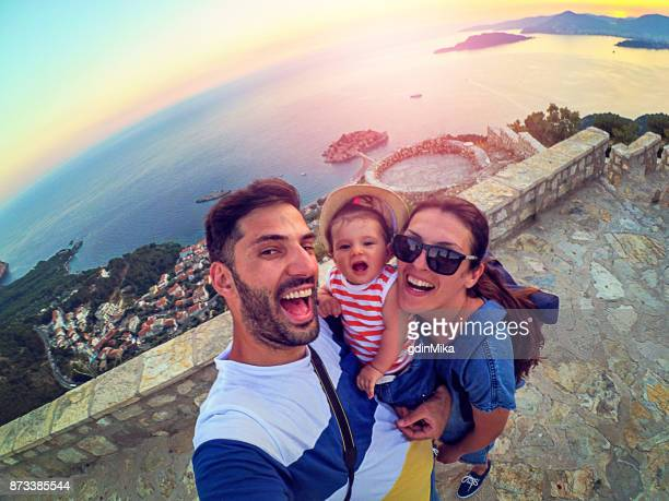 Familie mit kleiner Tochter machen Selfie während der Reise