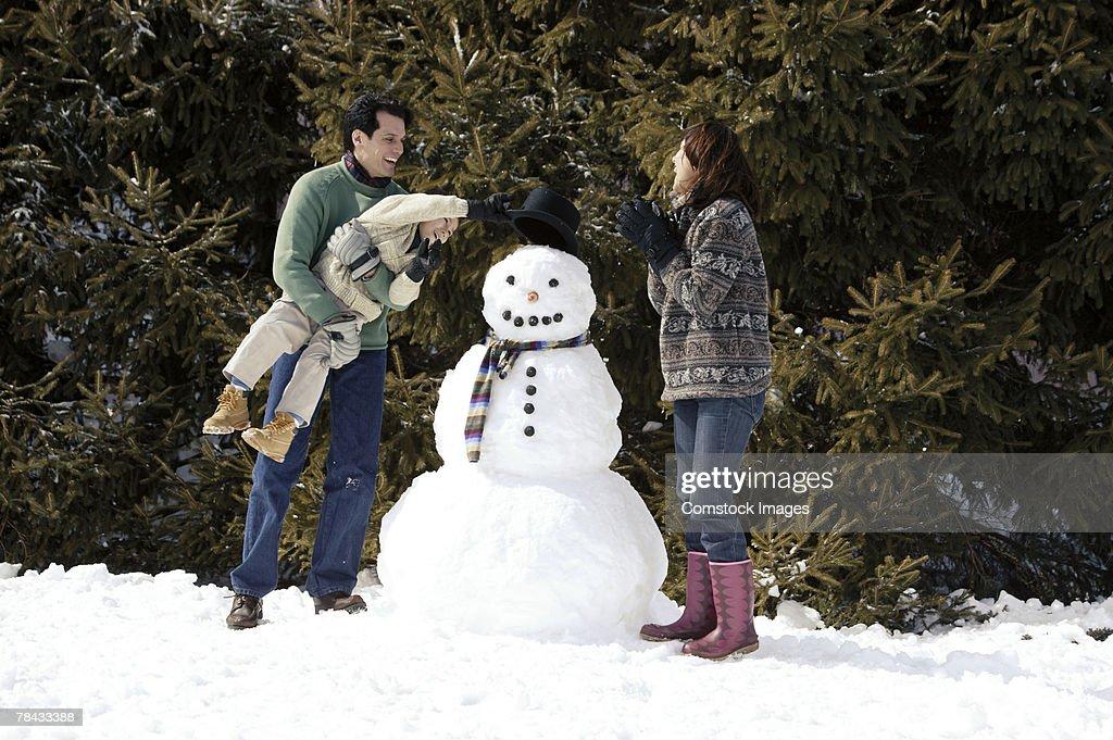 Family with snowman : Stockfoto