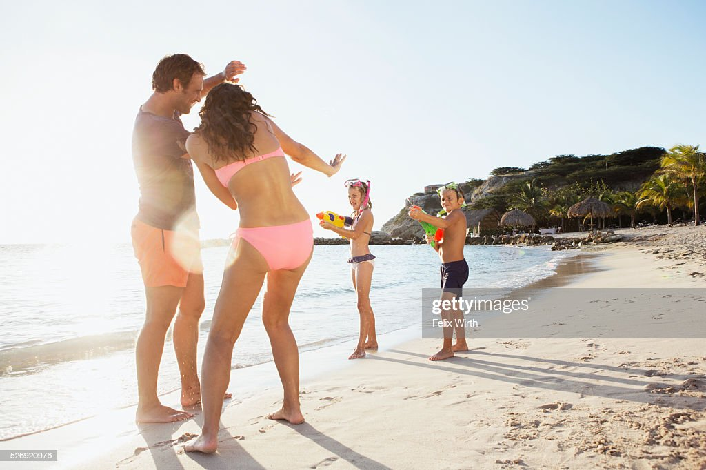 Family with son (8-9) and daughter (10-11) playing on beach : Stock-Foto