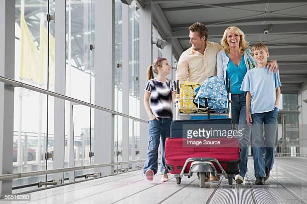 Familie mit Koffern am Flughafen