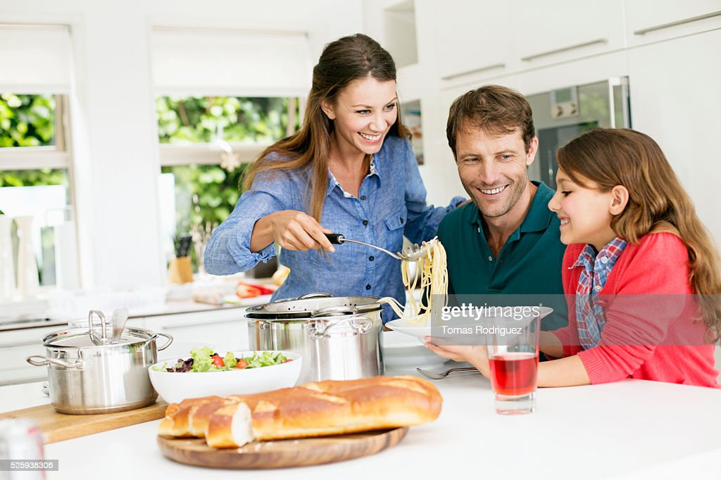 Family with teenage girl (13-15) eating spaghetti : Foto de stock
