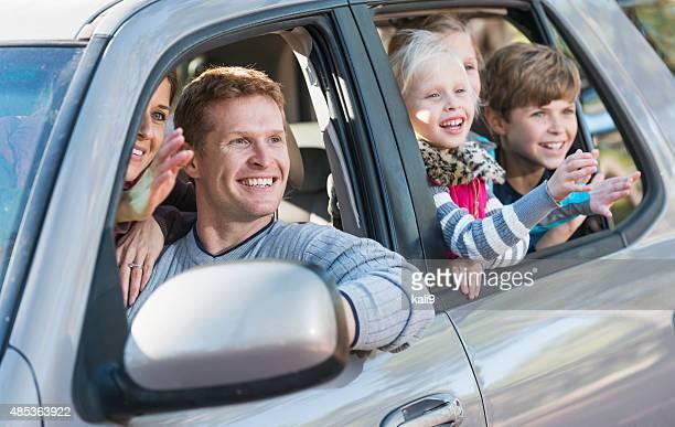 Familie mit drei Kindern im Auto road trip