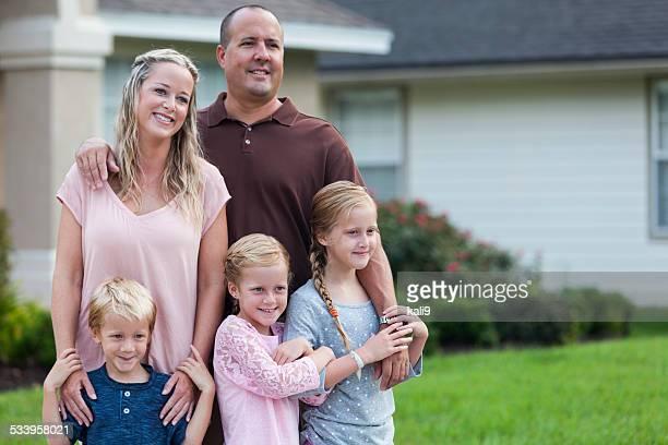 子供 3 人の家庭内の庭