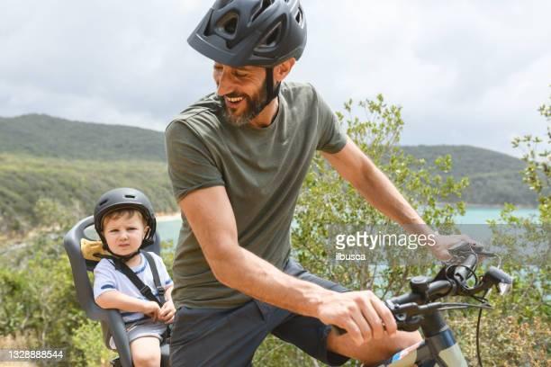 トスカーナ、イタリアで電子バイクを使用して幼児と家族 - %e... ストックフォトと画像