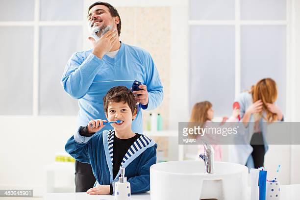 Família com Dois Filhos em casa de banho.