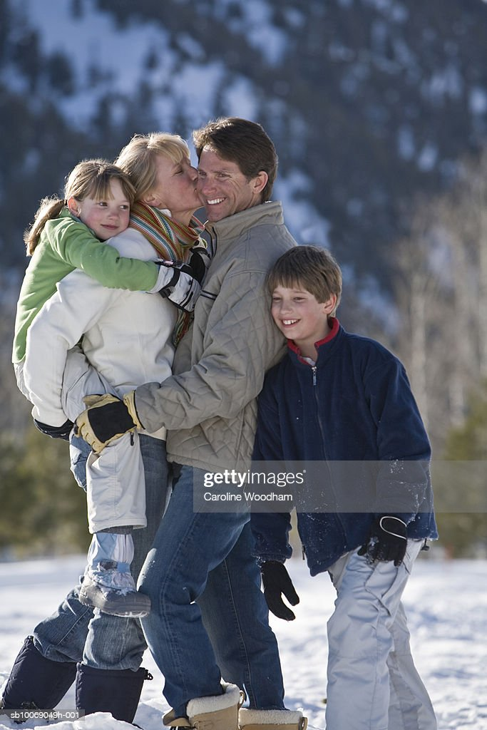 Family with two children (8-10) in mountains : Stockfoto