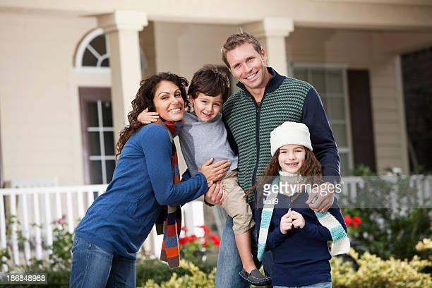 子供 2 人の家庭の前でハウス