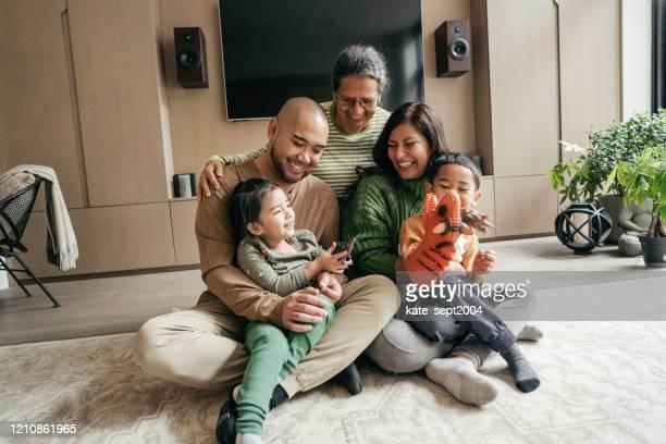 家庭有兩個孩子 - emigration and immigration 個照片及圖片檔