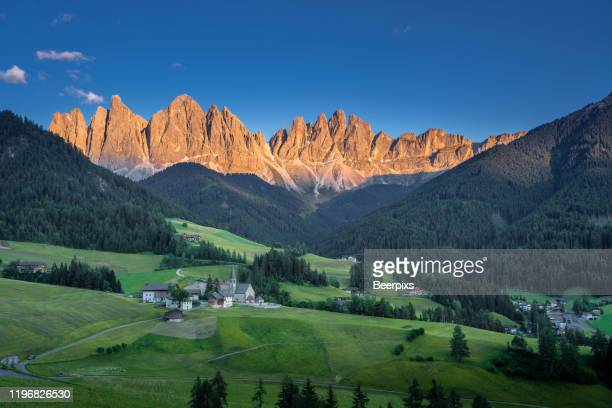 famous best alpine place of the world, santa maddalena village with magical dolomites mountains in background, val di funes valley, trentino alto adige region, italy, europe. - sud foto e immagini stock