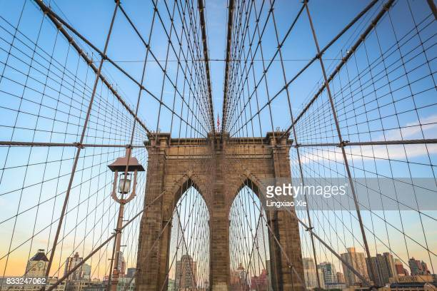 famous brooklyn bridge and lower manhattan at dusk, new york - queens new york city - fotografias e filmes do acervo