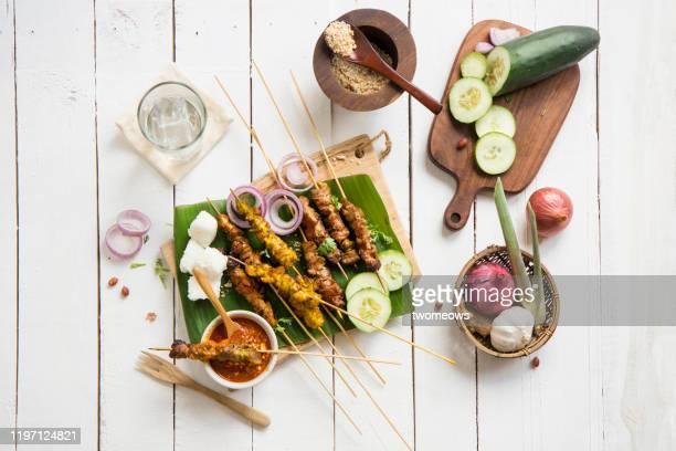 "famous indonesian and malaysian street food ""satay"". - grill zubereitung stock-fotos und bilder"